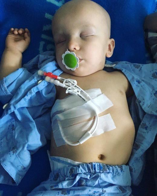 Российские благотворители борются за жизнь умирающего младенца